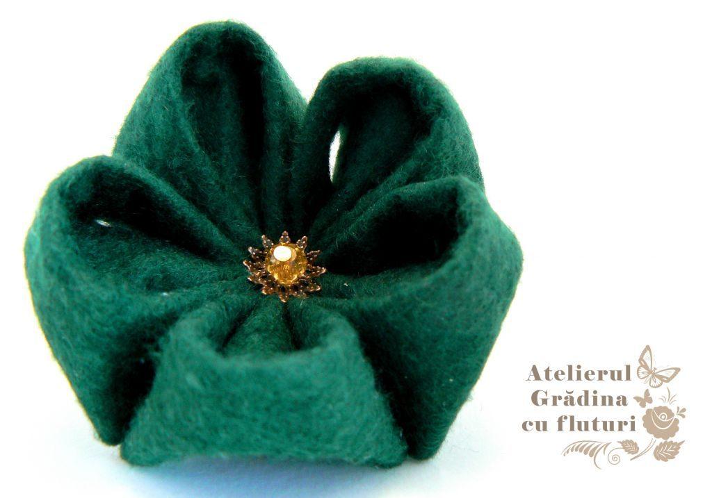 Broşă verde închis de pădure, realizată manual din pâslă, la comandă. Diametru 5 cm.