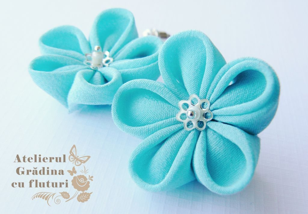 Cercei cu tortiţe argintii şi lanţ 2 cm cu flori albastre - diametru 3 cm