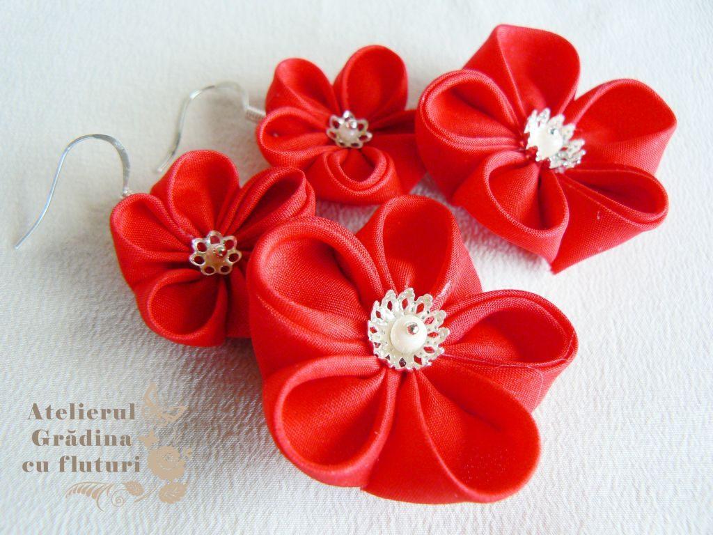 Cercei cu tortiţe argintii şi câte două flori roşii din mătase. Diametrele sunt 2.5, respectiv 4 cm.