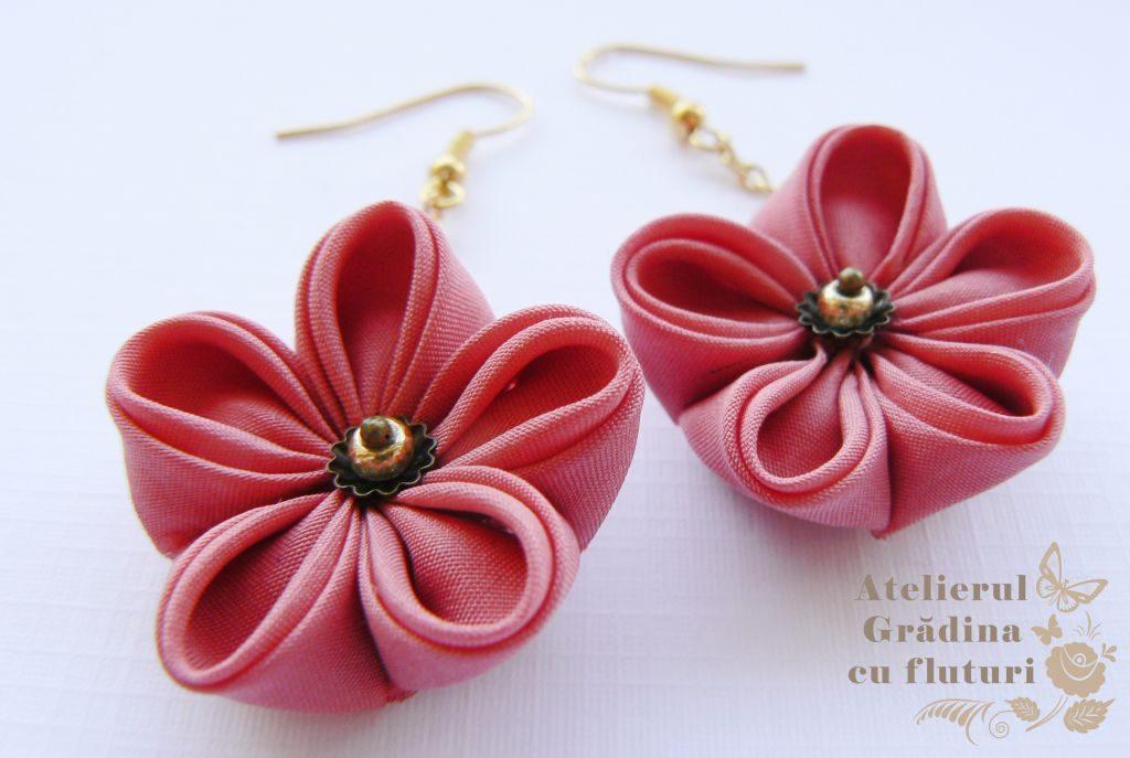 Cercei cu tortiţe aurii, lanţ 3 cm şi flori roz de prunişor 3 cm