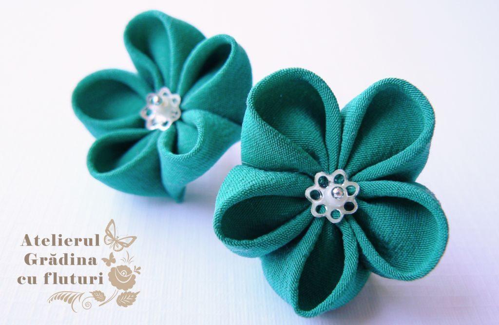 Cercei cu flori din mătase verde intens, la baza urechii - diametru 3 cm