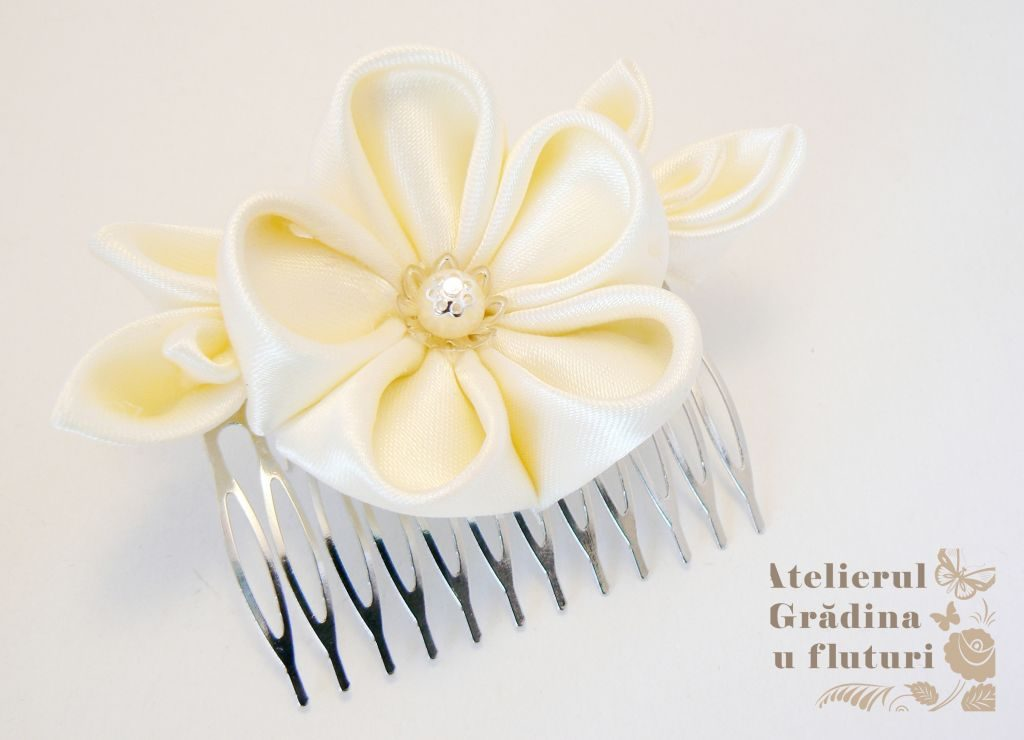 floare alba pieptene logo