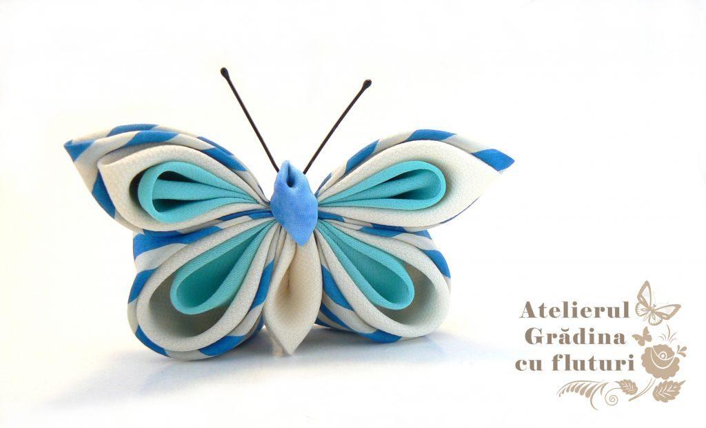 Broşă cu fluture din mătase albastră cu dungi, albă şi bleu.