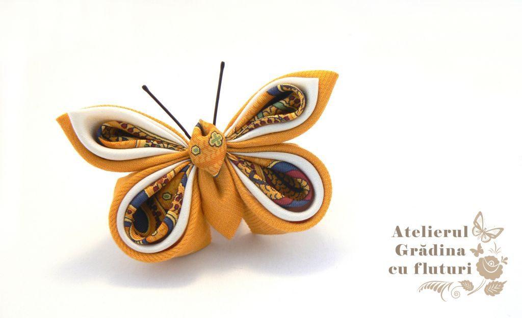 Broşă cu fluture din mătase galbenă cu model, mătase albă şi bumbac galben.