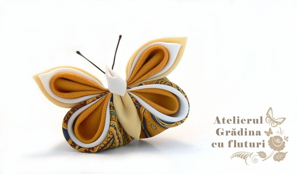 Broşă cu fluture din mătase albă şi galbenă cu model şi bumbac galben.