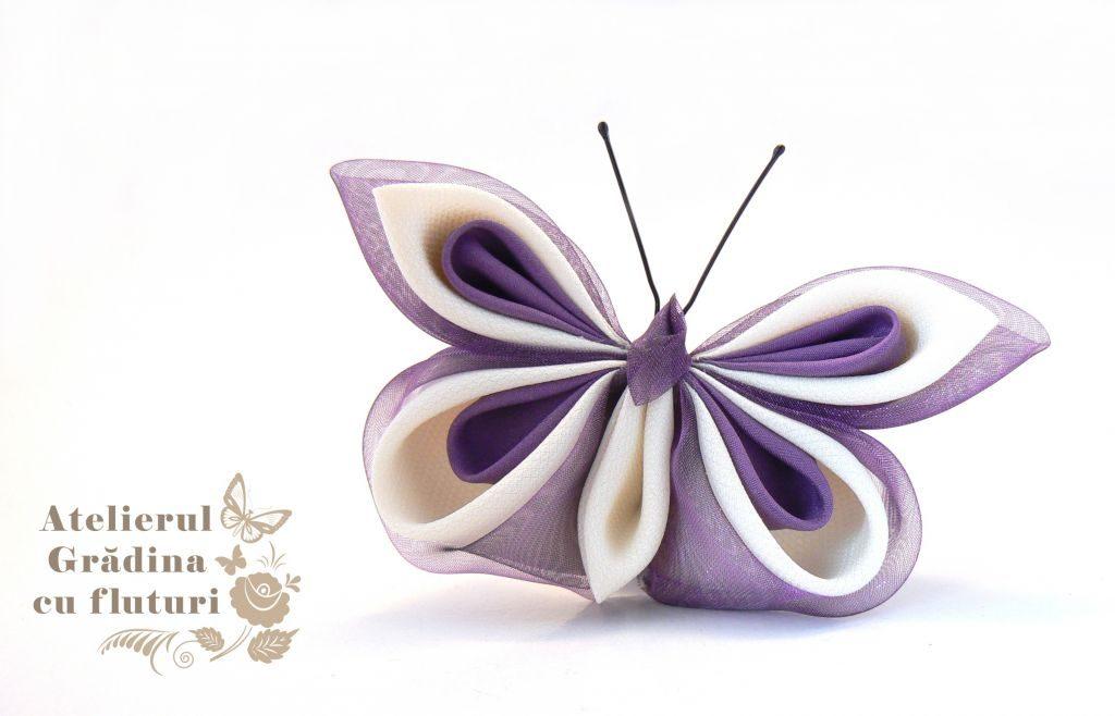 Broşă cu fluture din organza violetă şi mătase albă şi violetă.