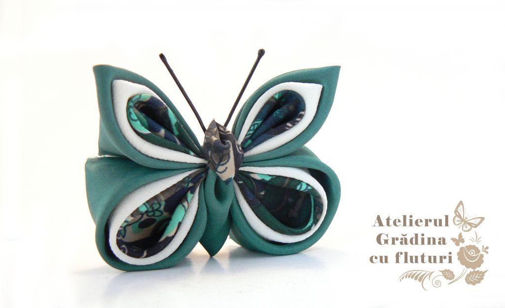 Broşă cu fluture din mătase verde cu model, mătase albă şi verde.