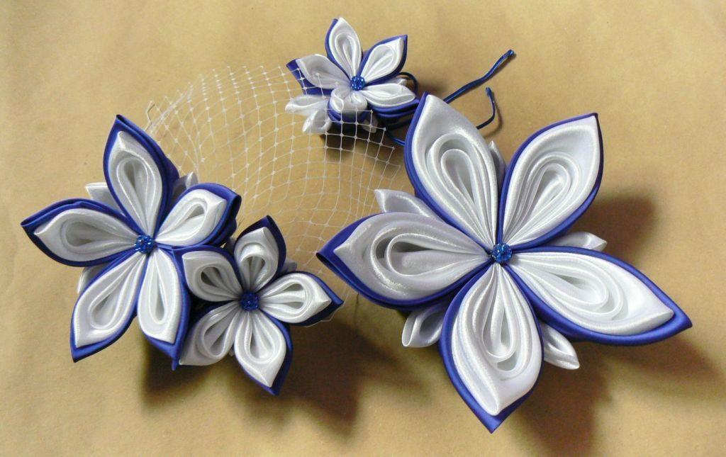 Set cu flori pentru mirese din satin alb și albastru roial