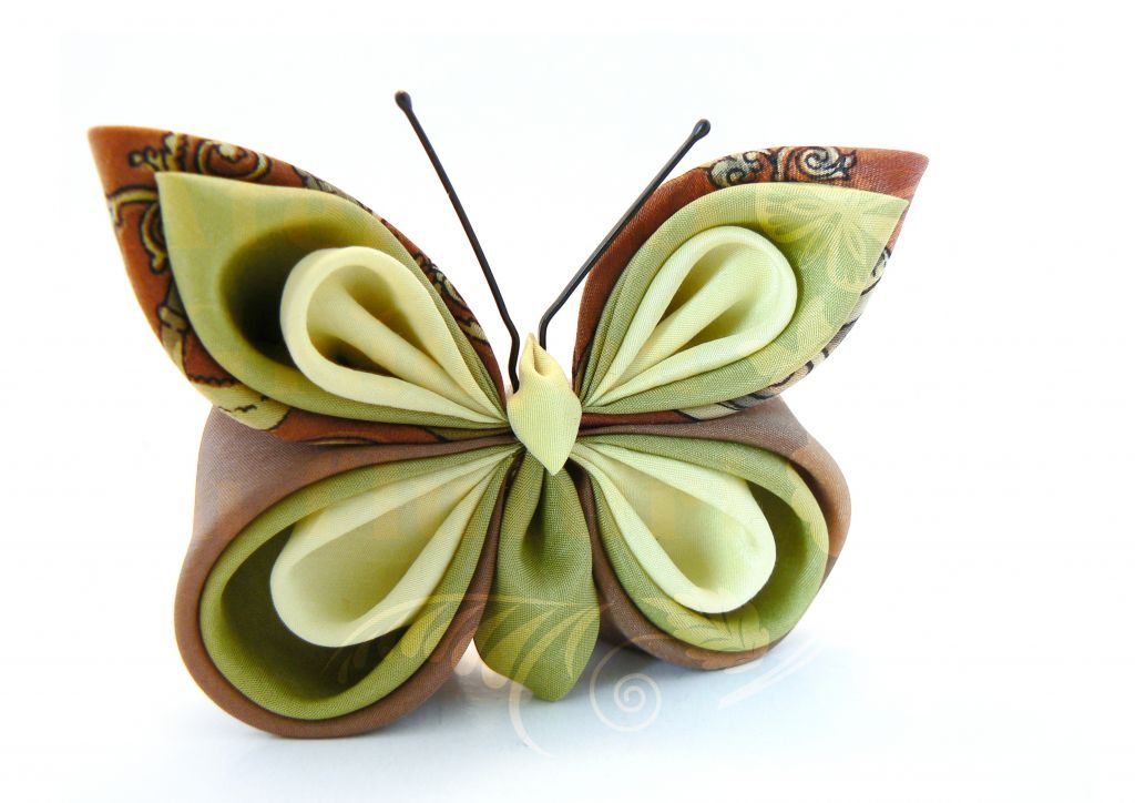 Broşă la comandă cu fluture din mătase galbenă, verde şi maro.