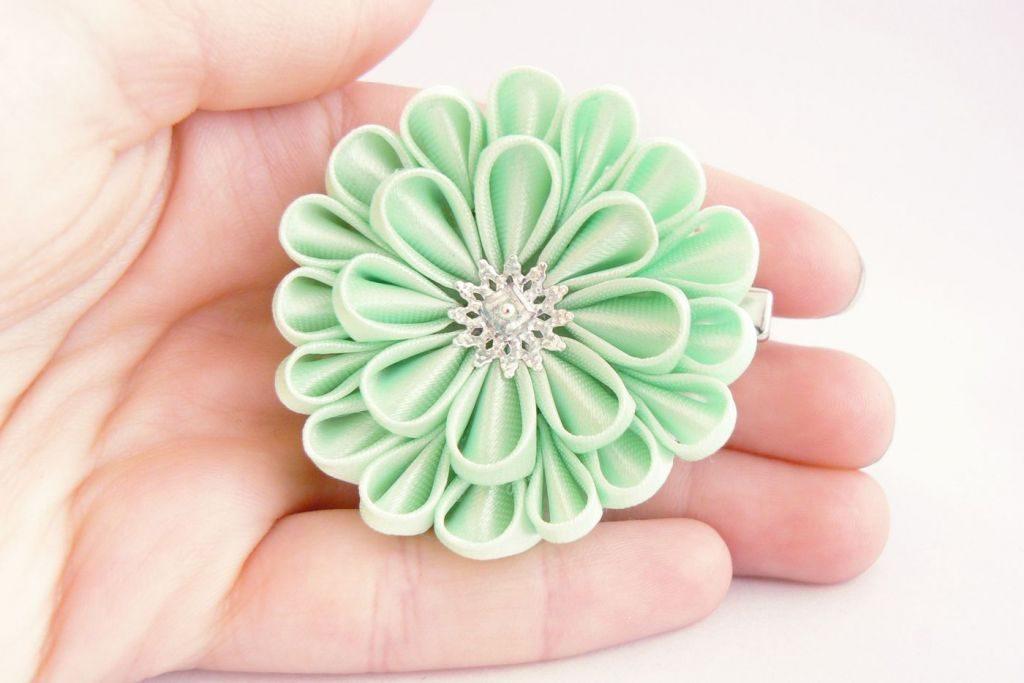Crizantema kanzashi baza dubla din satin verde fistic