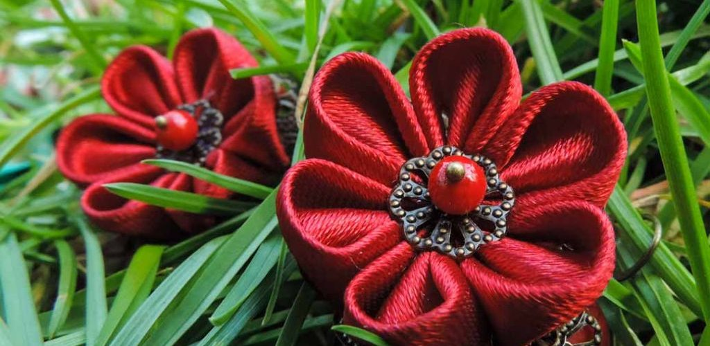 Cercei rosii kanzashi satin - flori de mina