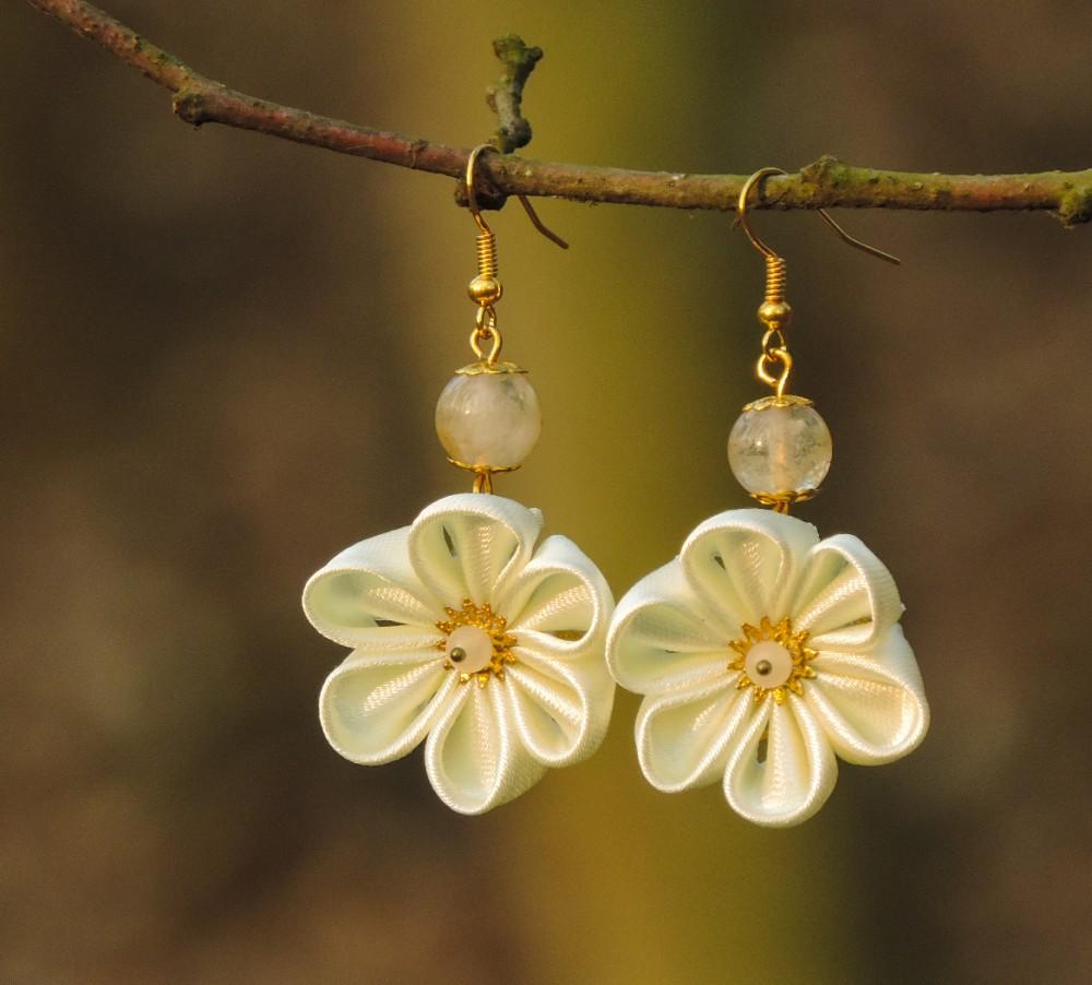 Colectia flori de mina - cercei flori kanzashi satin alb