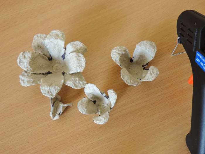 Tutorial - egg carton roses - DIY flower decorations - assembly