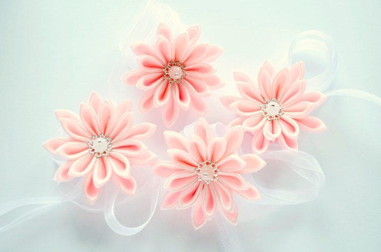 Flori roz pentru prins pe mana domnisoare de onoare 2