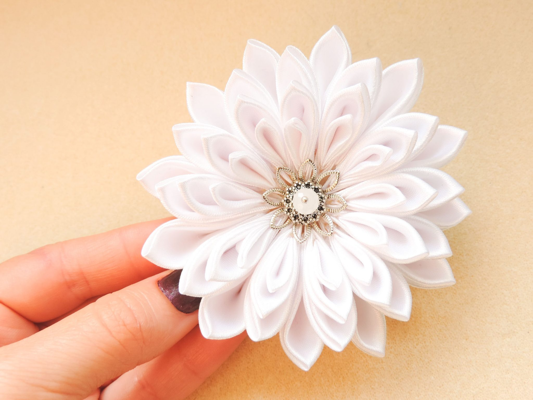 White satin chrysanthemum - DIY tutorial