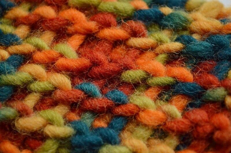 Punctul tunisian tricotat pe dos cu un fir colorat